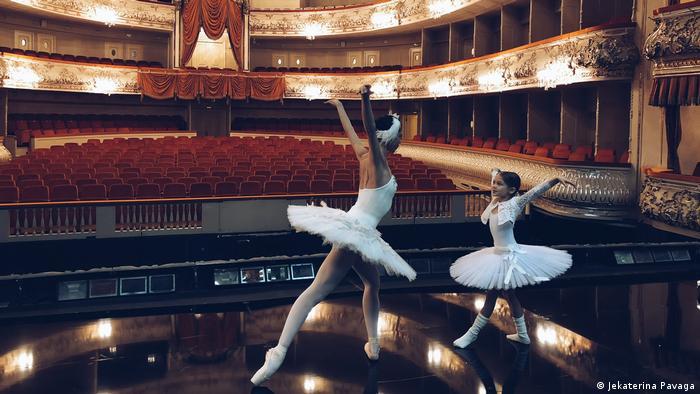 Анна Павага на сцене театра