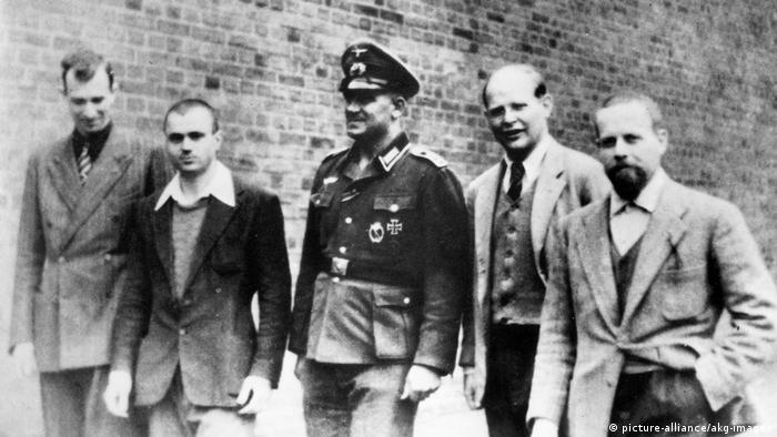 Dietrich Bonhoeffer (drugi z prawej) w więzieniu w Berlinie-Tegel, lato 1944
