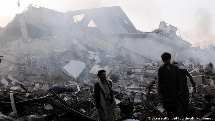 Jemen durch Luftangriffe zerstörte Häuser in Sanaa (picture-alliance/Photoshot/M. Mohammed)