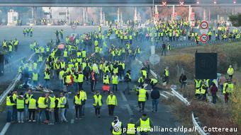 Жители Франции в желтых жилетах протестуют против роста цен на топливо