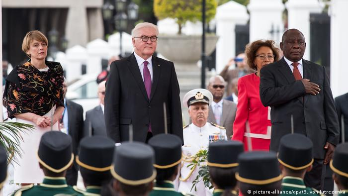 Steinmeier (center) and Ramaphosa during the official welcome (picture-alliance/dpa/B. von Jutrczenka)