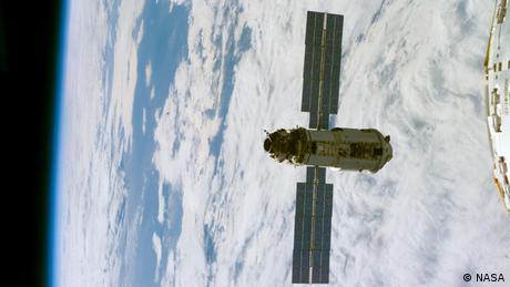 نخستین مدول ایستگاه فضایی که در سال ۱۹۹۸ به فضا پرتاب شد حدود ۱۹ هزار کیلوگرم وزن داشت و طول آن حدود ۱۲ متر بود. این قسمت به سفارش آمریکا بود، اما ساخت آن را روسیه برعهده گرفت.