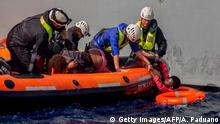 ARCHIV +++ Migrants are rescued by members of German NGO Sea-Watch in the Mediterranean Sea on November 6, 2017. During a shipwreck, five people died, including a newborn child. According to the German NGO Sea-Watch, which has saved 58 migrants, the violent behavior of the Libyan coast guard caused the death of five persons. / AFP PHOTO / Alessio Paduano (Photo credit should read ALESSIO PADUANO/AFP/Getty Images)