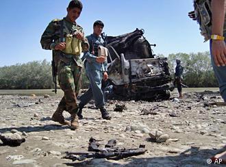 Afghanische Polizisten vor einem der ausgebrannten Tanklaster (Foto: AP)