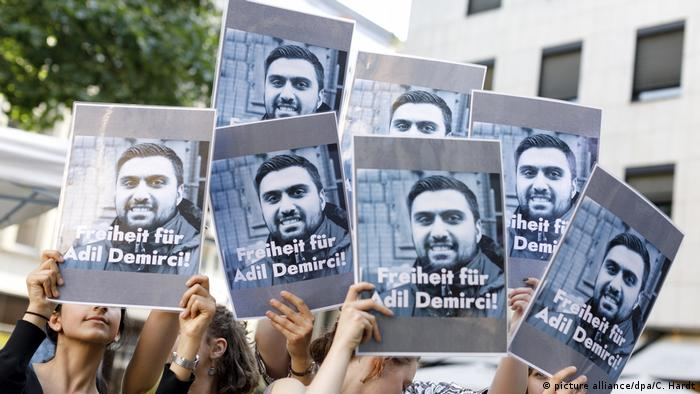 Demonstration für Adil Demirci