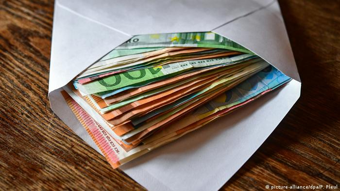 Ein Umschlag mit Geldscheinen