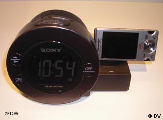 Το νέο ξυπνητήρι της Sony φορτίζει και το κινητό τηλέφωνο!