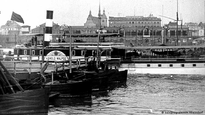Dampfer fährt durch geöffnete Pontonbrücke (kölnprogramm/H.Rheindorf )