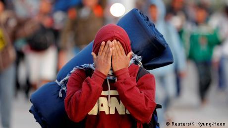 Foto de migrante con la cara cubierta