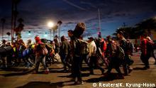 Mexiko, Mexicali: Migranten, Teil einer Karawane, die zu Tausenden aus Mittelamerika auf dem Weg in die Vereinigten Staaten unterwegs ist, reisen von Mexicali nach Tijuana