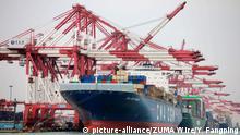 08.11.2018, China, Qingdao: In einem Hafen liegen Containerschiffe an einem Kai mit Containerbrücken. Trotz des Handelskrieges mit den USA haben die chinesischen Ausfuhren auch im Oktober wieder unerwartet stark zugelegt. Chinas Zoll berichtete am Donnerstag in Peking einen Anstieg der Exporte in US-Dollar berechnet um 15,6 Prozent im Vergleich zum Vorjahreszeitraum. (Zu dpa Trotz Handelskriegs mit USA: Chinas Außenhandel boomt) Foto: Yu Fangping/SIPA Asia via ZUMA Wire/dpa +++ dpa-Bildfunk +++ |