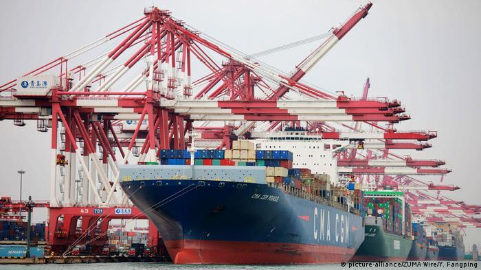 China Qingdao - Containerschiffe im Hafen