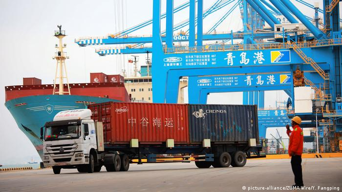 China Qingdao - Containerverladung im Hafen (picture-alliance/ZUMA Wire/Y. Fangping)