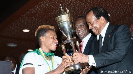 Le président Paul Biya remet le trophée de la CAN féminine 2018 à la capitaine du Nigeria