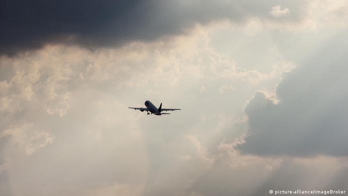 Passagierflugzeug nach dem Start vom Flughafen Düsseldorf