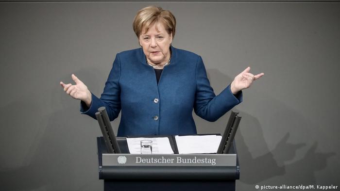 Merkel speaking in the Bundestag (picture-alliance/dpa/M. Kappeler)
