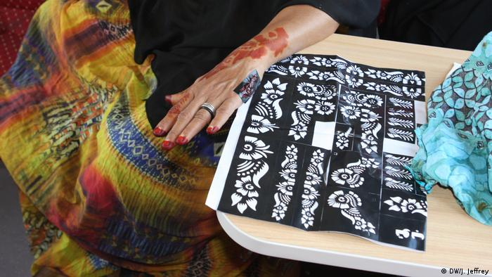 A woman shows her henna decorations (DW/J. Jeffrey)