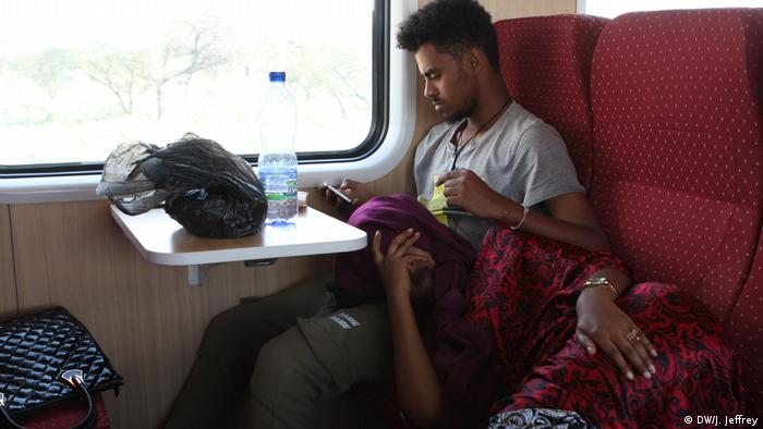 A young couple relaxes on the Ethiopian Djibouti Railway Train (DW/J. Jeffrey)