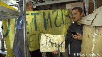 Северин Наливайко показывает экспонаты Музея Революции Достоинства