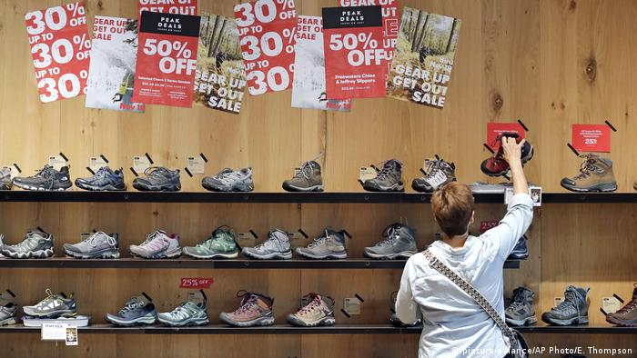 Symbolbild Shoppen Black Friday (picture-alliance/AP Photo/E. Thompson)