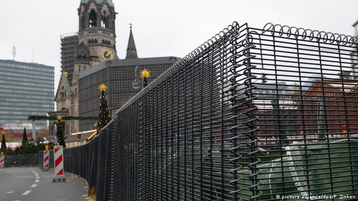Deutschland Berliner Weihnachtsmarkt wird gegen Terroranschläge abgeriegelt (picture-alliance/dpa/P. Zinken)