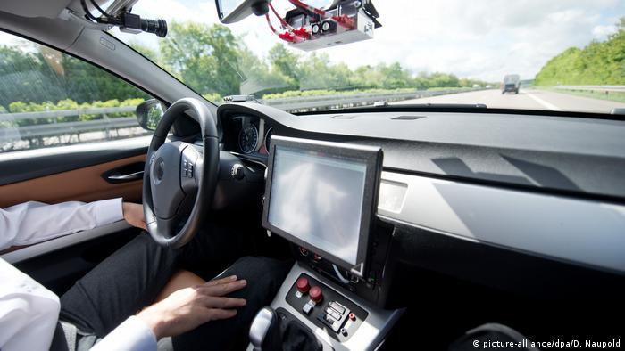 Автономное вождение: водитель не держит руль