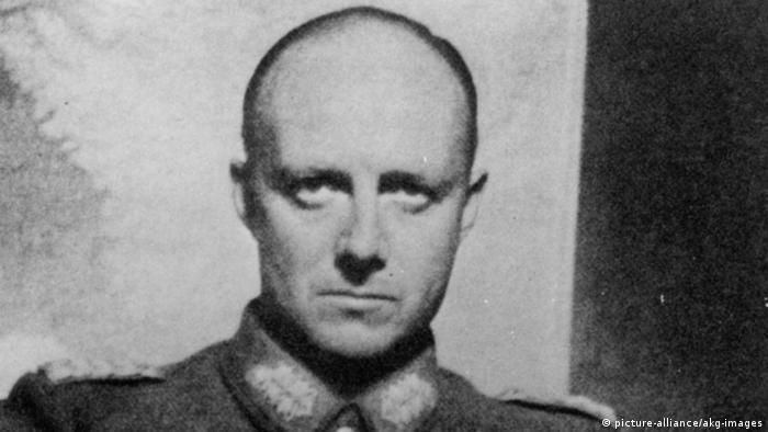 ژنرال هرمان کارل روبرت هنینگ فون ترسکو و اعضای گروه مقاومت تصمیم گرفتند برای ترور هیتلر یک بمب ساعتی در جعبه شربت جاسازی کرده و جعبه را به درون هواپیمای شخصی هیتلر منتقل کنند.