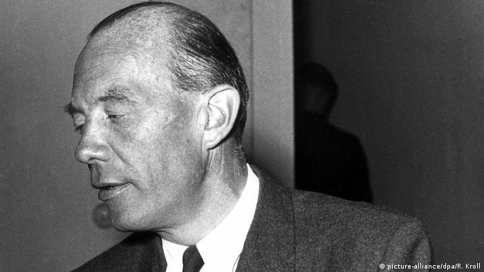سرهنگ ستاد رودولف کریستوف فون گرسدورف فرزند یک خانواده نظامی – اشرافی بود. او ماموریت یافت تا با سلاحهای جنگی که از ارتش سرخ اتحاد جماهیر شوروی سابق به غنیمت گرفته شده بود یک نمایشگاه در برلین ترتیب دهد. او که میدانست هیتلر قرار است از این نمایشگاه دیدن کند، دو مین ضد نفر را در پالتوی خود جاسازی کرد تا در لحظه موعود آن را منفجر کند.