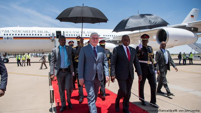 Steinmeier and Botswana's president Masis at the airport in Botswana (picture-alliance/dpa/B. von Jutrczenka)