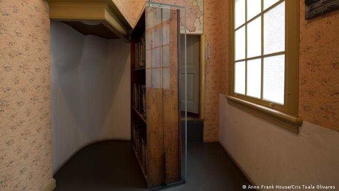 La biblioteca deslizable tras la cual estaba el anexo donde se escondía Anne Frank con su familia en esta casa en Ámsterdam.