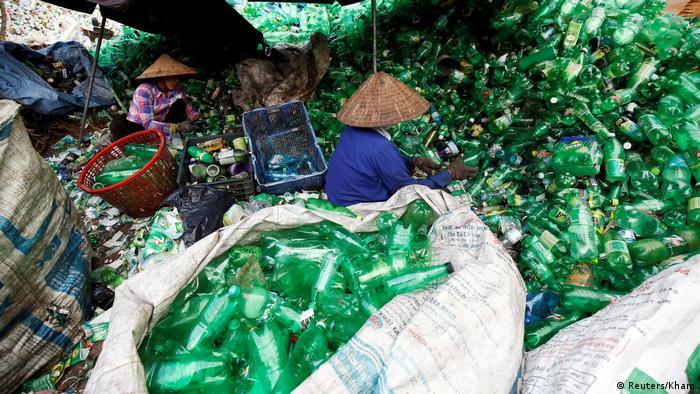 Vietnam, Hanoi: Frauen sortieren recycelbare Softdrink-Plastikflaschen im Dorf Xa Cau aus