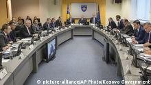 Kosovo Prime Minister Ramush Haradinaj, center, flanked by his cabinet during the government meeting on Wednesday, Nov. 21, 2018 (picture-alliance/AP Photo/Kosovo Government)