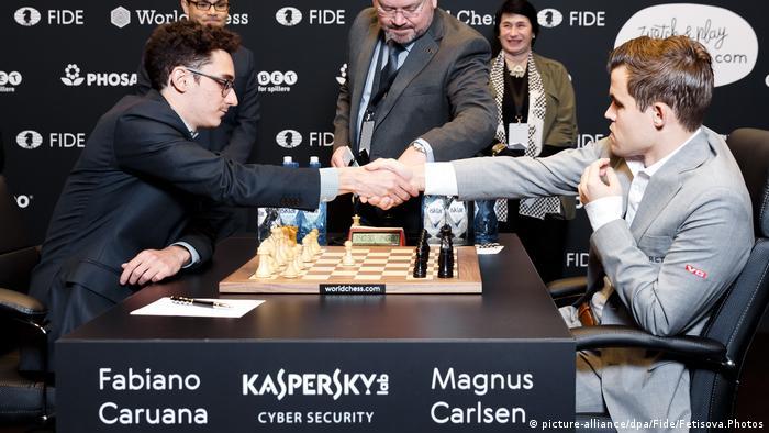 Schachweltmeisterschaft 2018 | Magnus Carlsen vs. Fabiano Caruana | 8. Partie (picture-alliance/dpa/Fide/Fetisova.Photos)