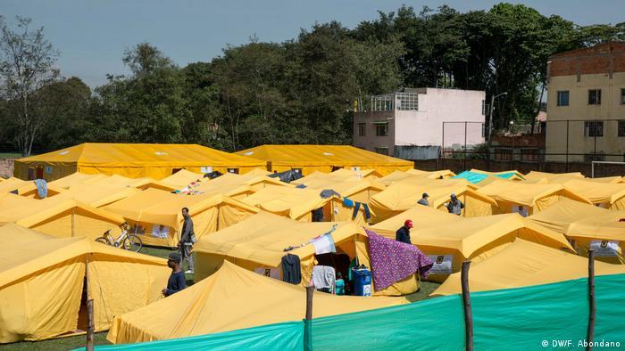 Para muchos venezolanos, Colombia es la última oportunidad. Algunos viven en campamentos, como El Camino, que se encuentra en el occidente de Bogotá. Las políticas del presidente Nicolás Maduro han dejado a Venezuela incapaz de proteger a sus ciudadanos. Los alimentos y los medicamentos son escasos. Las perspectivas que la situación mejore son escasas.
