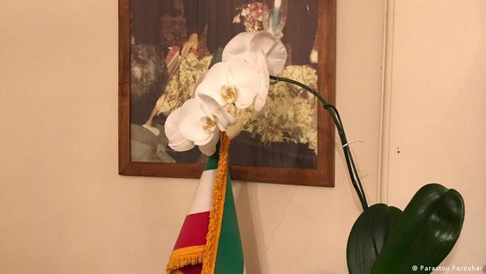 گلدانی که معصومه دهقان، همسر عبدالفتاح سلطانی به مناسبت بیستمین سالگرد درگذشت فروهرها به منزل آنها برده است