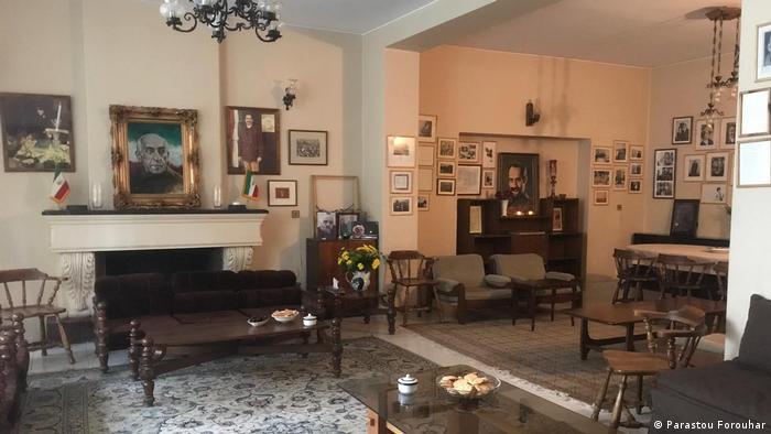 داریوش فروهر و همسرش پروانه اسکندری اول آذر ۱۳۷۷ (۲۲ نوامبر ۱۹۹۸) در منزل شخصیشان به قتل رسیدند