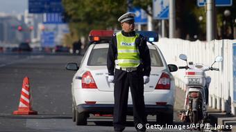 Symbolbild China Polizeiabsperrung (Getty Images/AFP/E. Jones)