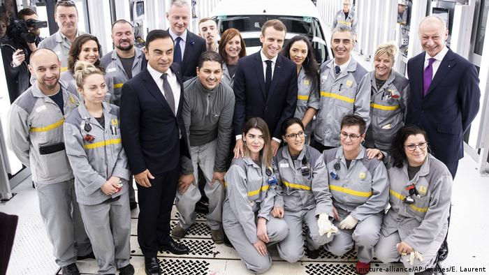 Ghosn e Macron com funcionários da Renault