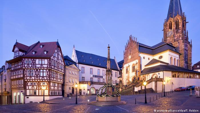 В Ашафенбурге проживает около 70 тысяч человек. На фото - храм Святых Петра и Александра