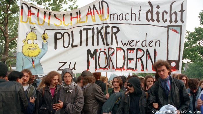 Deutschland 1993 | Protest gegen Änderung des Grundgesetzes in Bonn (picture-alliance/dpa/O. Multhaup)