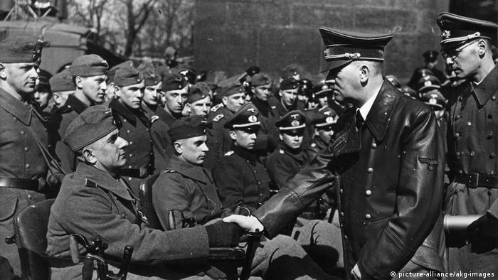 Hitler mit verwundeten Wehrmachtssoldaten 1943 (picture-alliance/akg-images)