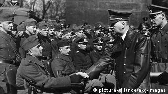 Ο Χίτλερ χαιρετά τραυματισμένους στον πόλεμο Γερμανούς στρατιώτες, 1943