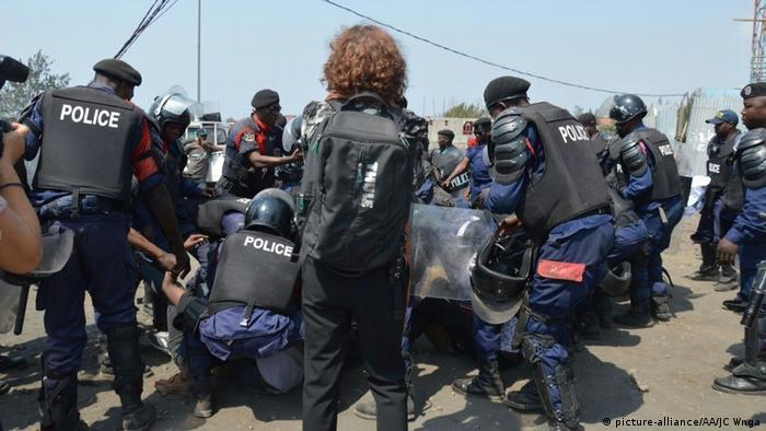 Polizeibeamten nehmen Demonstranten im Kongo fest