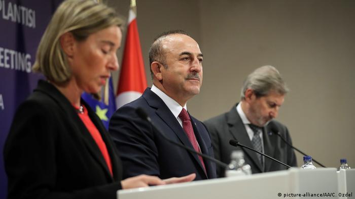 Federica Mogherini, Mevlüt Çavuşoğlu ve Johannes Hahn Ankara'da düzenlenen basın toplantısında.