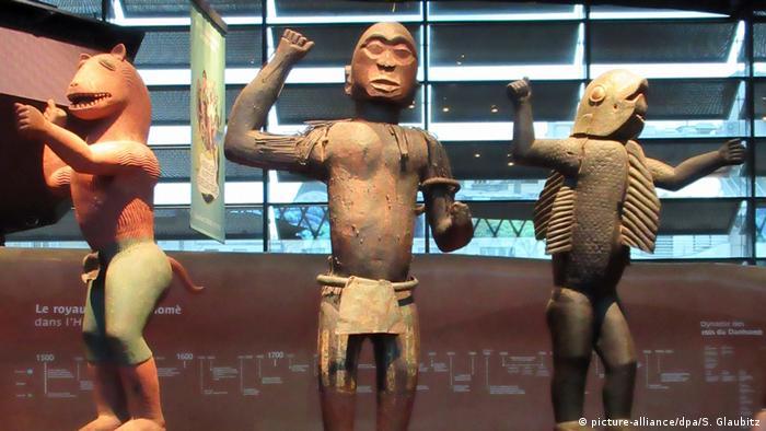 Afrikanische Statuen im Museum für außereuropäische Kunst Quai Branly