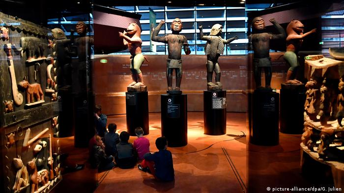 African artifacts on display in Paris's Quai Branly museum for non-European art (picture-alliance/dpa/G. Julien)