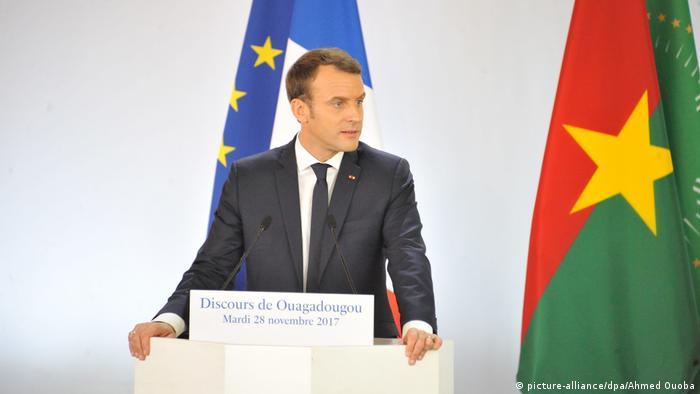 Präsident Macron am Rednerpult in Ouagadougou