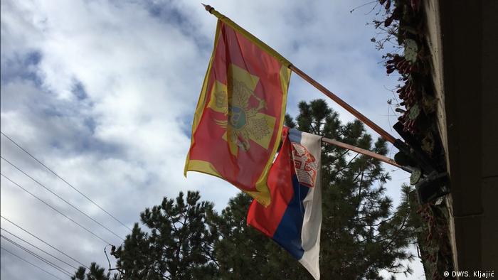 Tradicionalna zastava Crne Gore i Srbije u Lovćencu