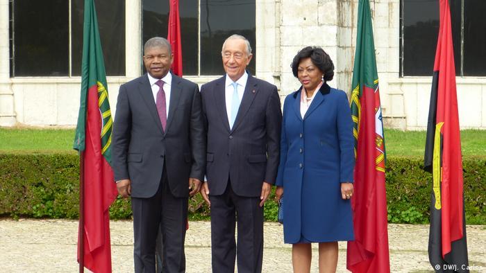 Portuguese President Marcelo Rebelo de Sousa (center) poses with Angolan President Joao Lourenco (left)