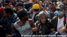 US-Grenze zu Mexiko | Hunderte Migranten demonstrieren in mexikanischer Grenzstadt Tijuana